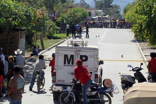 <p>Peritos del Ministerio Público examinan la escena del crimen, donde perdió la vida el expresidiario Alfonso Mateo Hernández Hernández, de 41 años. (Foto Prensa Libre: Hugo Oliva)<br></p>