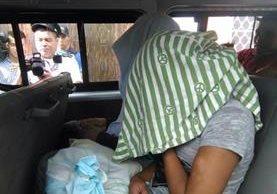 Los dos menores rescatados, víctimas de esclavitud sexual, son conducidos a la Procuraduría General de la Nación. (Foto Prensa Libre: Estuardo Paredes)