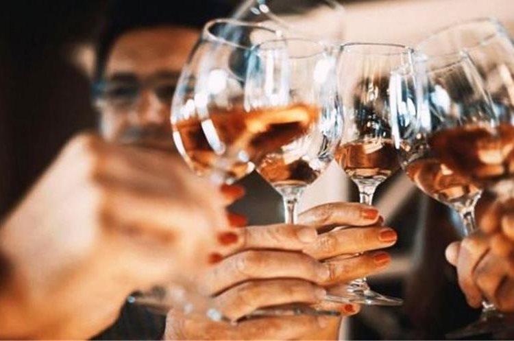 """...entretanto, los extrovertidos tienen más probabilidades de usar la palabra """"bebida"""". ISTOCK"""