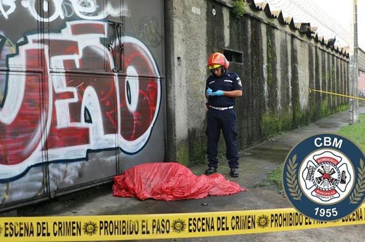 El cuerpo de la persona quedó tendido sobre la banqueta en la Calzada Atanasio Tzul. (Foto Prensa Libre: CBM)