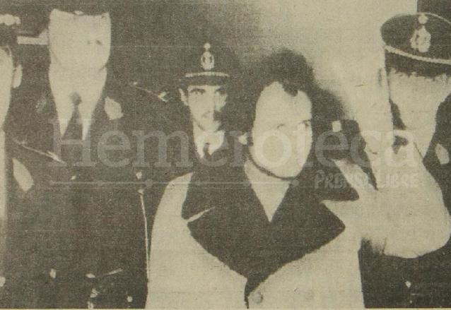 La policía conduce al juzgado al terrorista palestino Khaled Dayekh, acusado de haber tomado parte en el atentado del Aeropuerto de Bruselas el 16 de abril de 1979. (Foto: Hemeroteca PL)