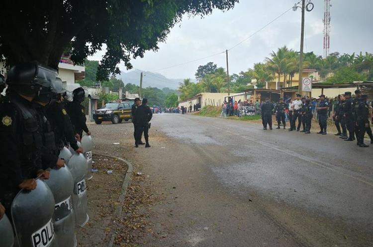 Agentes antimotines de la PNC en entrada a Casillas, Santa Rosa. (Foto Prensa Libre: Álvaro Interiano)
