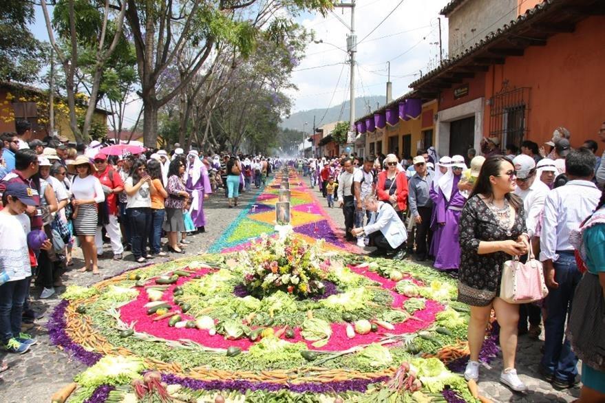 Alfombra engalana paso de procesión de Jesús Nazareno de la Merced. (Foto Prensa Libre: Renato Melgar).