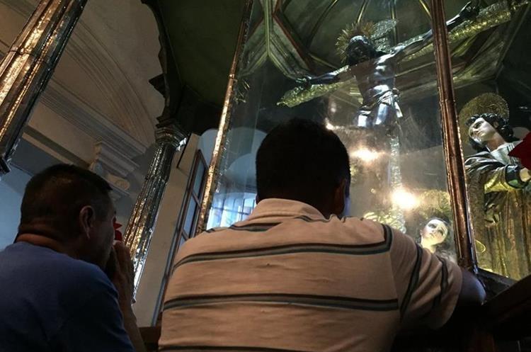 Devotos al Cristo Negro oran para pedir algún milagro.(Foto Prensa Libre: Mario Morales)