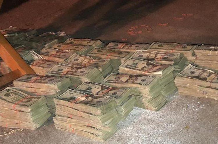 Los paquetes contenían varios fajos de billetes de US$20. (Foto Prensa Libre: PNC).