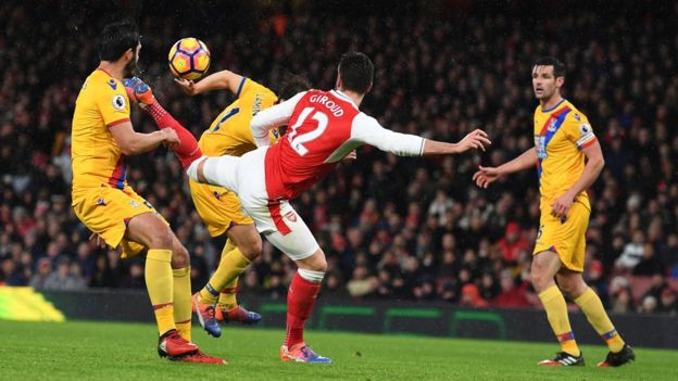 """Otro ángulo de la posición """"casi imposible"""" en la que se encontraba Giroud antes de convertir. (Getty)"""