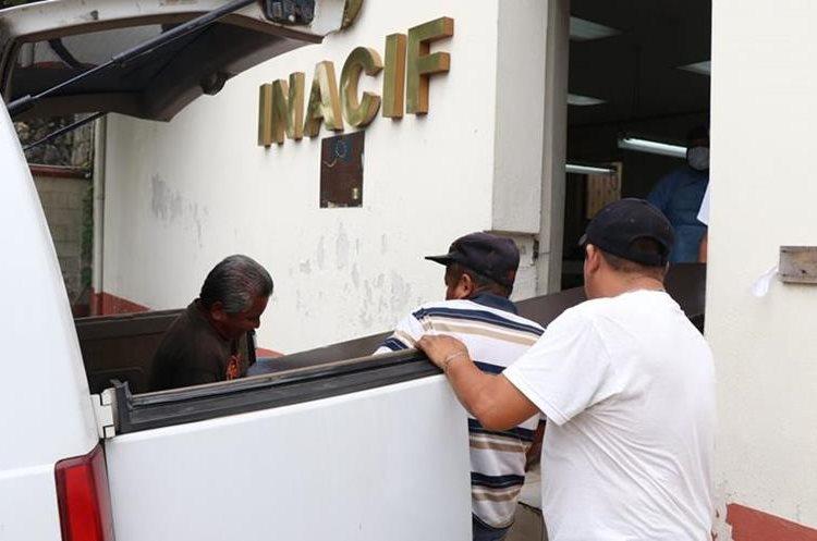 El cuerpo de la menor es ingresado a la morgue.(Prensa Libre: Cristian Soto)