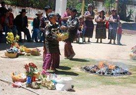 Guías espirituales efectúan ceremonia de bendición de semillas  en Sololá. (Foto Prensa Libre: Édgar Sáenz)