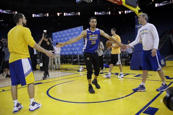 Stephen Curry es el hombre clave de los Golden State Warriors, que buscarán revalidar su corona en la NBA (Foto Prensa Libre: AP)