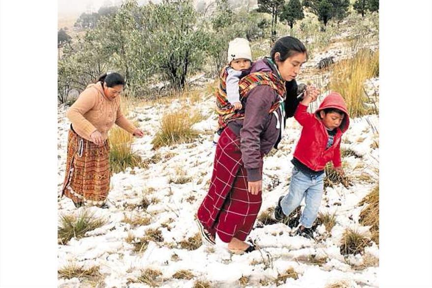 Vecinos de Ixchiguán San Marcos disfrutan de la nieve que cayó en regiones altas, 26/01/2013. (Foto: Hemeroteca PL)