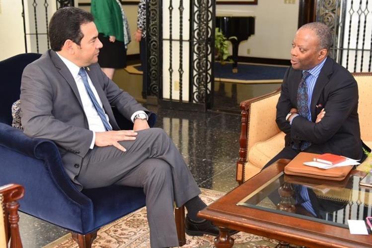 El presidente Jimmy Morales y el embajador de los Estados Unidos, Todd Robinson se reunión en la sede diplomatica del país. (Foto Prensa Libre: @usembassyguate