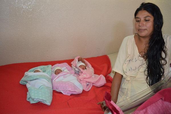 <p>Mayra Suceli Mauricio Rivas Sales junto a sus tres hijas que dio a luz en el Hospital Regional de Huehuetenango. (Foto Prensa Libre: Mike Castillo).  <br></p>