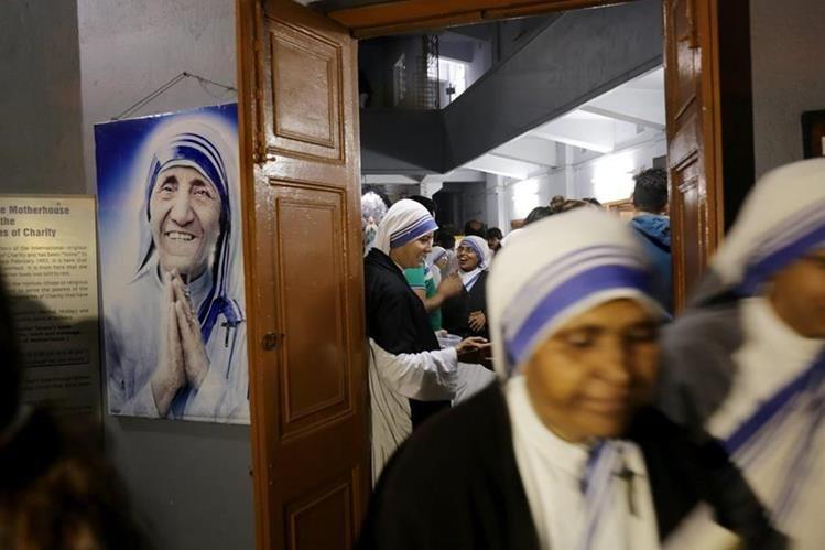Monjas rezan ante la tumba de la Madre Teresa de Calcuta en Calcuta, India. (Foto Prensa Libre: EFE).