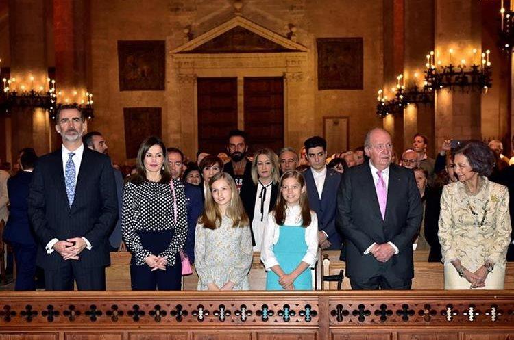 Los reyes Felipe y Letizia, sus hijas, la princesa Leonor y la infanta Sofía, y los reyes don Juan Carlos y doña Sofía, durante la misa de Pascua en Mallorca, España (Foto Prensa Libre: EFE).