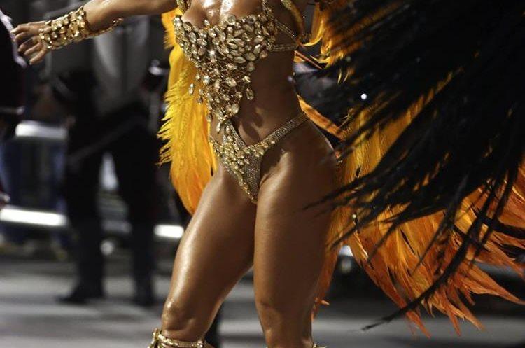 GRA072. SAO PAULO (BRASIL), 06/02/2016.- Una integrante de la escuela de samba del Grupo Especial Gaviões da Fiel, desfila hoy, sabado 06 de febrero de 2016 en la celebración del carnaval en el sambódromo de Anhembí en Sao Paulo (Brasil). EFE/SEBASTIÃO MOREIRA