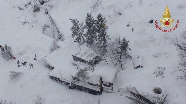Vista aérea del hotel Rigopiano alcanzado por una avalancha,en la región de los Abruzos.(EFE)