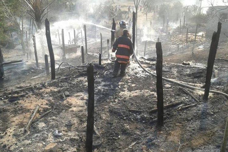 Ocho viviendas fueron destruidas por el incendio registrado en Pusilá, San Luis, Petén. (Foto Prensa Libre: Walfredo Obando)