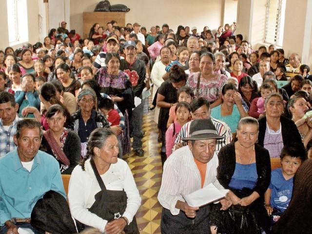 Líderes comunitarios denuncian cobros en programa de alimentos del Visan-Maga, en Huehuetenango. (Foto Prensa Libre: Mike Castillo).