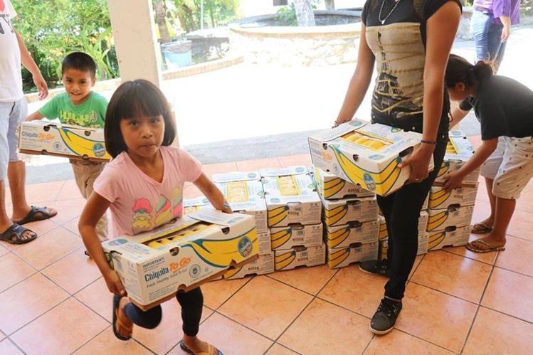 Algunos de los beneficiados con la entrega de bananos. (Foto Prensa Libre: Dony Stewart).