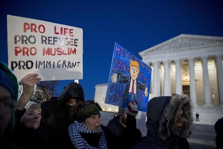 Varias personas se manifiestan en oposición a la prohibición de inmigración del presidente de EE. UU. Donald Trump, frente de la Corte Suprema en Washington. (Foto Prensa Libre: EFE).