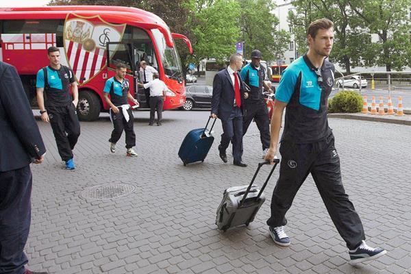 El central polaco del Sevilla, Grzegorz Krychowiak a su llegada al hotel de concentración en Varsovia. (Foto Prensa Libre: EFE)