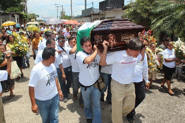 Vecinos, familiares y amigos acompañan el féretro del comunicador Carlos Orellana.