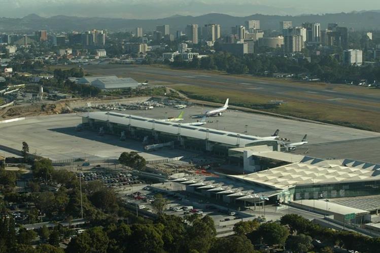 Si baja la clasificación del aeropuerto La Aurora, algunos sectores creen que podrían llegar menos vuelos al país. (Foto Prensa Libre: Hemeroteca PL)