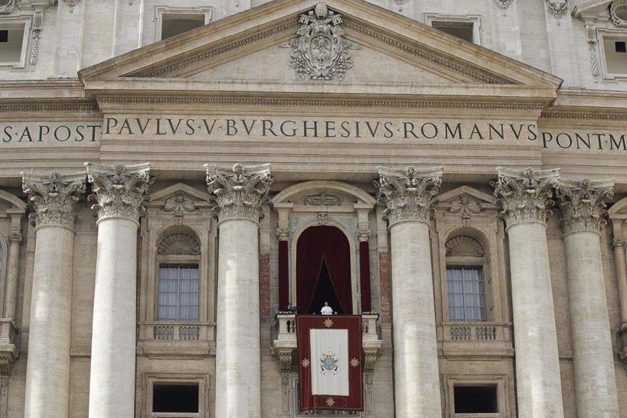 Tradicional mensaje de paz al mundo del Papa desde la Basílica de San Pedro. (AP)