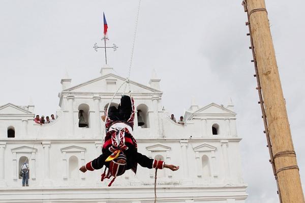 """<p>La escenificación de la danza empezó hoy frente a la iglesia católica. (Foto Prensa Libre: Carlos Grave)<br _mce_bogus=""""1""""></p>"""