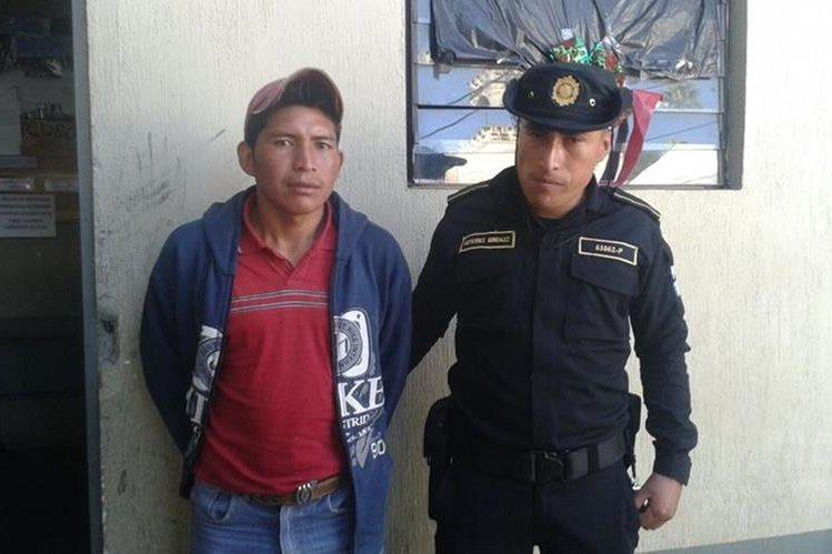 Sergio Gilberto Cuc Apén es trasladado a la comisaría de la PNC en la cabecera de Chimaltenango. (Foto Prensa Libre: Víctor Chamalé)