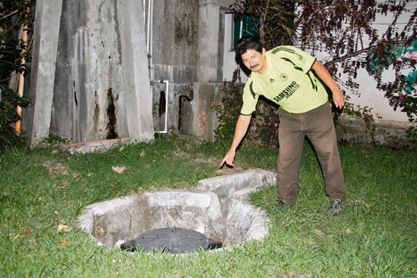 Agremiado muestra uno de los biodigestores instalados en un hotel de Panajachel, Sololá, con el objetivo de no contaminar el Lago de Atitlán. (Foto Prensa Libre: Ángel Julajuj)