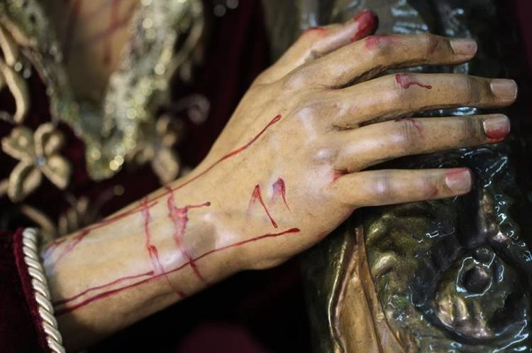 Las manos de Jesús fueron hechas nuevamente y se añadieron pedazos en dedos incompletos.