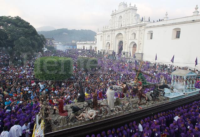 La procesión de Jesús de la Caída de San Bartolomé Becerra es de las más concurridas en el país. (Foto: Hemeroteca PL)