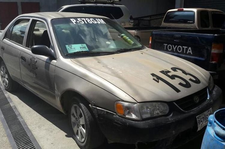 Taxi en el que se desplazaban los dos sospechosos en Morales, Izabal. (Foto Prensa Libre: Dony Stewart).