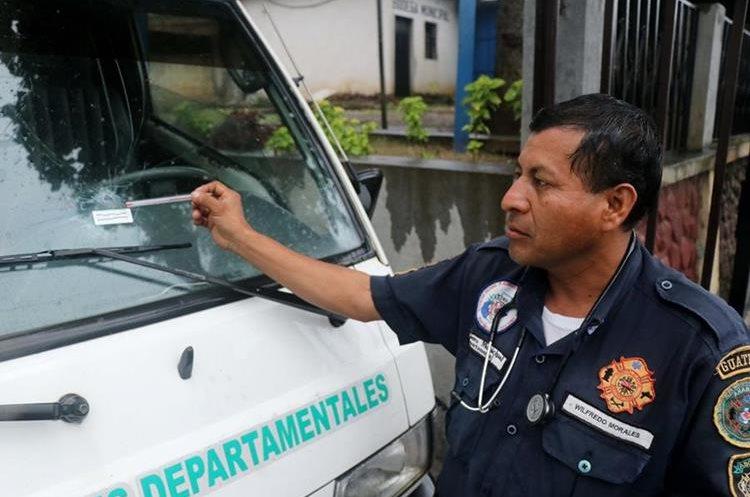 Wilfredo Morales señala el impacto de una las balas en la ambulancia. (Foto Prensa Libre: Rolando Miranda)