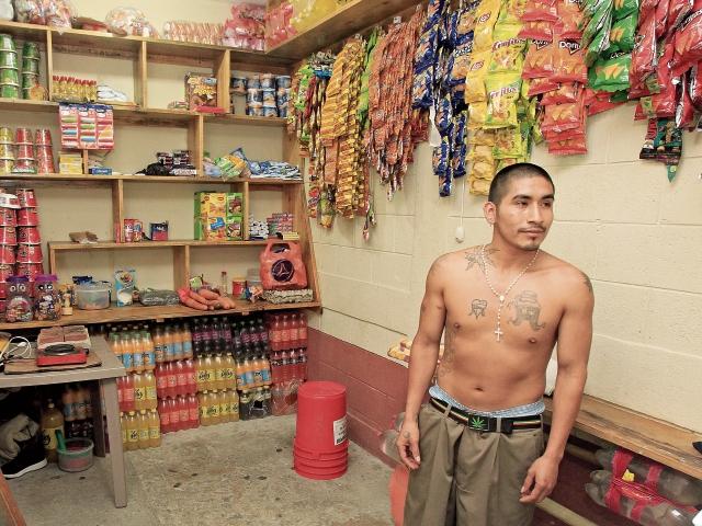 Un reo administra una tienda en la cárcel Fraijanes 2, uno de los pocos medios autorizados por el SP como rehabilitación.