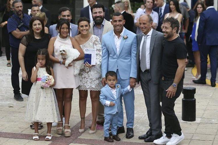 Carlos Tévez posa junto a su esposa Vanesa Mansilla, tras contraer matrimonio en una ceremonia civil, sus hijos Florencia, Katie y Lito Junior, y otros familiares. (Foto Prensa Libre: EFE)