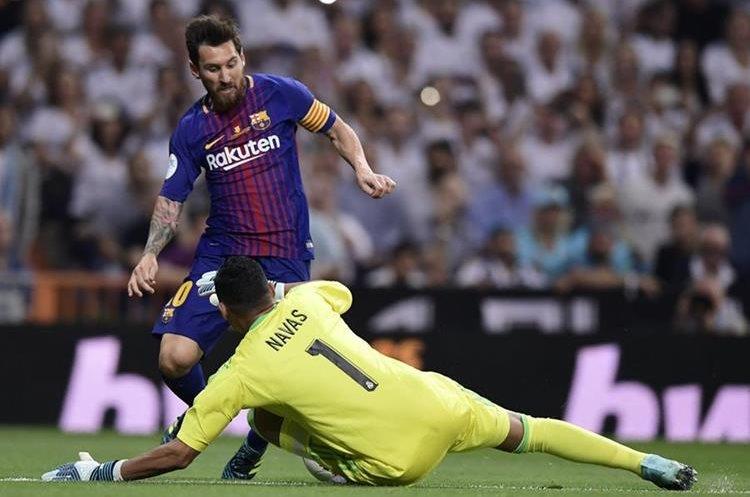 El portero Keylor Navas del Real Madrid le gana en el mano a mano a Lionel Messi.