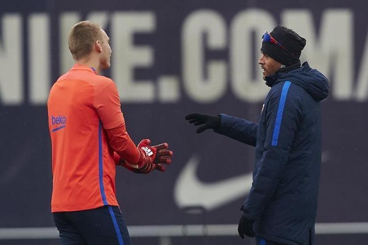 El entrenador del FC Barcelona, Luis Enrique Martínez, conversa con el portero Jasper Cillessen en el entreno del Barcelona previo al juego contra Real Sociedad en la vuelta de los cuartos de final de la Copa. (Foto Prensa Libre: EFE)