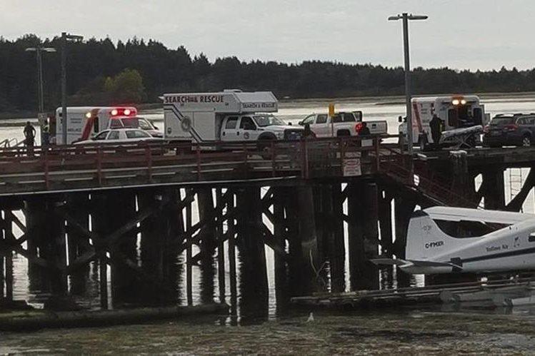 Imagen que muestra a los equipos de emergencia en el muelle tras el hundimiento de la embarcación turística Leviathan II. (Foto Prensa Libre: EFE).