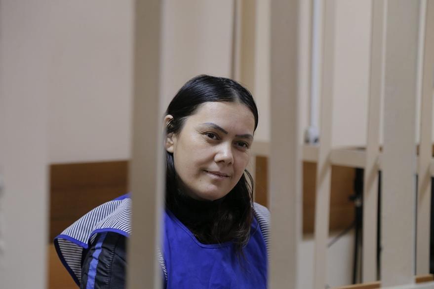 Bobokúlova en una celda del tribunal de distrito de Presnensky en Moscú cuando esperaba su interrogatorio. (Foto Prensa Libre: EFE).