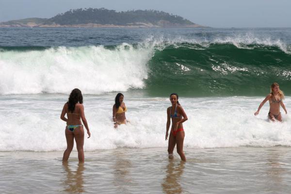 Mujeres pasean en playas de Marruecos.(Foto Prensa Libre: moroccoworldnews)