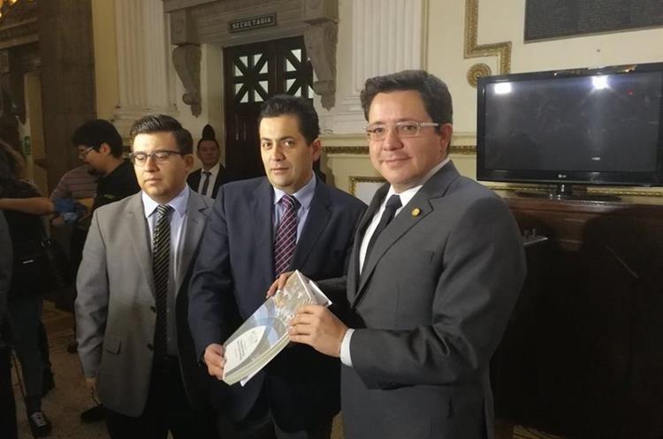 La propuesto del Presupuesto para el otro año fue recibida por el presidente del Congreso y de la Comisión de Finanzas. (Foto Prensa Libre: Urías Gamarro)
