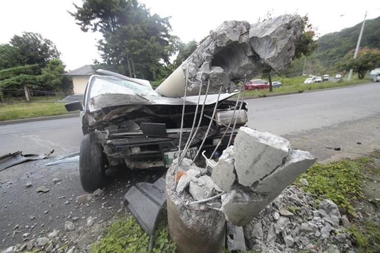 Un vehículo derribó un poste de alumbrado público en el bulevar El Naranjo y 35 avenida de la zona 4 de Mixco, lo cual provocó embotellamiento en el sector (Foto Prensa Libre: Erick Avila).