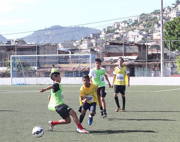 Varios niños y jóvenes pusieron de manifiesto su talento futbolístico en la cancha Mario Alioto, de Villa Nueva. (Foto Prensa Libre: Edwin Fajardo)