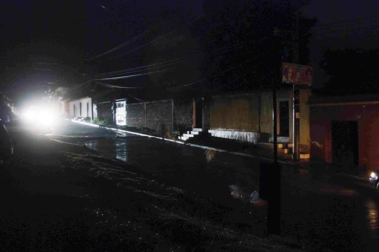 Xelajú y otros ocho municipios de Quetzaltenango quedaron a obscuras por más de hora y media. (Foto Prensa Libre: Carlos Ventura)