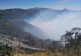El humo generado por le incendio puede verse a varios kilómetros de distancia. (Foto Prensa Libre: Ángel Julajuj)