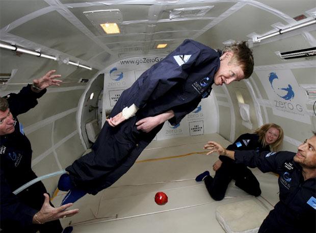 El científico logró flotar a bordo de un avión experimentando la gravedad cero. (Foto Prensa Libre: AP)