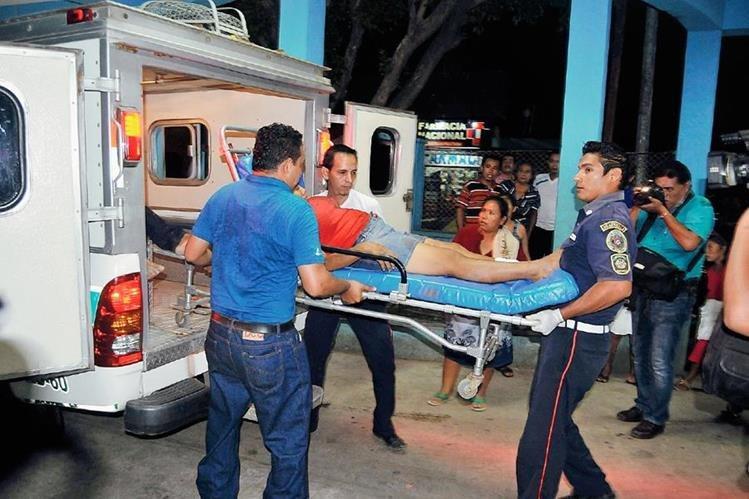 Una de  las dos mujeres heridas en La Blanca es trasladada al Hospital Regional de Coatepeque.  (Foto Presa Libre: Alexander Coyoy)