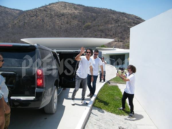 El cantautor guatemalteco ingresa a la Escuela Adentro - Noemí Morales de Arjona, en mayo pasado. (Foto Prensa Libre: Hemeroteca PL).